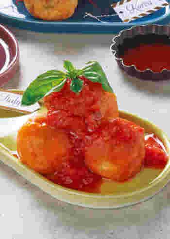 市販のたこ焼き粉をアレンジ。生地にトマトジュースを混ぜることで、色がオレンジ色になり、見た目も華やかに。しかも、食感はもちもちで、中のモッツァレラチーズはとろ~り♪オーソドックスなたこ焼きに飽きたら、気分を変えてイタリアンたこ焼きも良いかも。