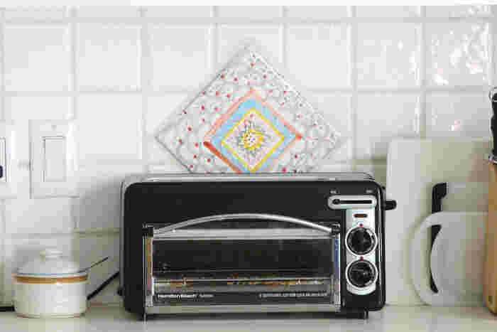 いかがでしたか? タイルの色合いや貼り方で、キッチンの雰囲気はがらっと変わります。 長年使っているキッチンも、印象を変えることができるので、ぜひ実家や古いお家のリノベーションの参考にしてみてくださいね!
