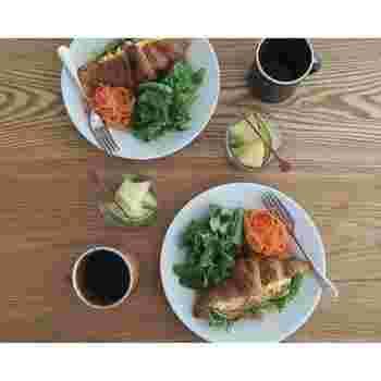 パンとたっぷりの野菜、そしてフルーツ…というのが、naokoさん家のベースの朝ごはん。スタイリングも素敵で、毎朝起きるのが楽しみになりそうですね。