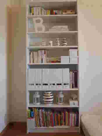収納にスペースを取りたくないおうちにおすすめ。天井まであるような大きめのシェルフを家族兼用で使うと、すべての収納が一カ所にが収まりますよ。ポイントは小さな子供でも取り出しやすい最下段から絵本棚として使う事です。