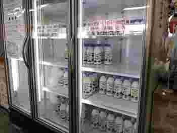 ソフトクリームの元になる濃厚で甘い「ツキサップ牛乳」。瓶入りのものが店内で販売されています。