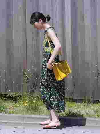 黄色に挑戦してみたいけど勇気がない…という人は、ぜひ黄色の小物に挑戦してみて!全身で着るには派手なカラーも差し色なら取り入れやすいですよね。服の柄に黄色が入っていて、統一感あるコーデに仕上がっています。