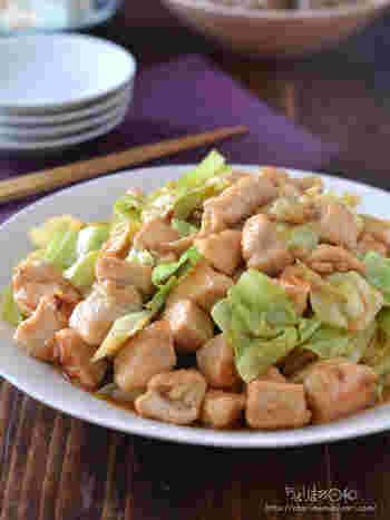 鶏胸肉・キャベツ、2つの食材だけあれば完成するシンプルなレシピ。ササッと炒めるだけで完成するのが嬉しい。 豆板醤を加えることで、ピリッと辛みがきいた一品に。ボリュームたっぷりのおかずが欲しいときにおすすめのレシピです。