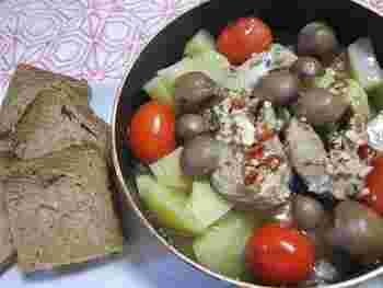 じゃがいもやしめじ、トマトなどの野菜と、「Ça va?」をオイルごと火にかけて作るアヒージョ。サバの香ばしい風味が、野菜の美味しさを引き立ててくれます。