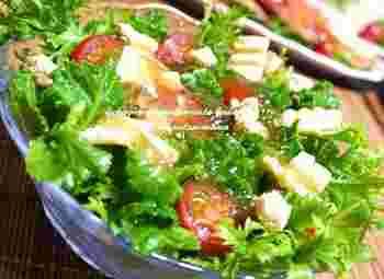 火を通さずに、サラダにして食べるとまた違った風味を感じられます。野菜をたくさん入れれば、食べ過ぎも怖くありませんね。