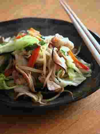 たくさんの野菜を一度に食べられる野菜炒めは、もう一品欲しいという時にも便利なメニューですよね。こちらは豚バラ肉と一緒に炒めるレシピ。お肉を最初に炒めて取り出しておくと固くなりません。また、火の通りにくいにんじんは先に蒸し焼きするのもポイント。野菜の種類によって丁寧に加熱時間を変えてあげると美味しく仕上がりますよ。