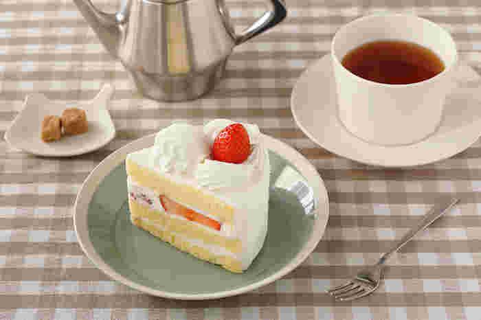 シンプルなデザインで白い縁取りが爽やかに効いています。直線的に立ち上がった縁はケーキやクッキーなどの他、毎日使いの食卓でも活躍してくれそうなデザインです。