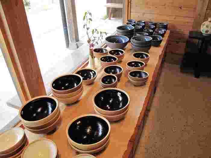 柳宗理に指導を受けて生まれた、「柳宗理ディレクション出西窯シリーズ」。柳フォルムとも呼ばれる、温かみのある曲線。出西窯のぬくもりある優しい雰囲気にぴったりです。