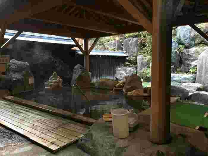 この宿では、自家源泉「薬師温泉」、共同源泉から引く「新平湯温泉」の、二つの源泉を楽しむことができます。  大浴場や露天風呂はもちろん、貸切風呂もありますよ。さらに冬場はお風呂の周囲に雪が積もって、昼はコバルトブルー、夜はライトアップで美しく光る「氷結露天風呂」を楽しめるそう。  日帰り入浴も対応していますので、ぜひ「薬師のゆ 本陣」の二つの源泉で、とっておきの湯治を叶えてみてはいかがでしょう。
