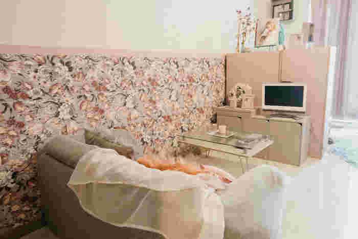 ガーリーな雰囲気のインテリアに合わせて、壁紙も上品な花柄にチェンジ!ソファーを置いた一角の下半分だけシートを貼っています。狭いスペースから始めると、初めてでも取り組みやすいですね♪