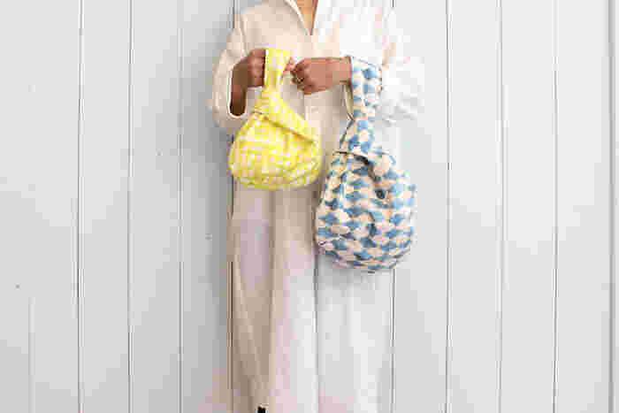 コロンと丸い形が「しじみ」みたいなかわいいバッグ。左右の持ち手の長さが違い、片方に通して口をキュッと締められます。