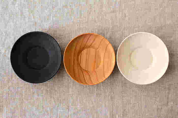 茶托は、来客時などにお茶の雰囲気をワンランクアップさせてくれるアイテム。こちらは、ナチュラルな木目と曲線フォルムが美しい南景製陶園の茶托。手触りもなめらかで、木そのものの風合いが感じられます。