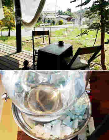 ガラスの給水器の受け皿にシーグラスを。ちょっとした工夫ですが、さわやかな雰囲気を演出してくれる使い方ですね!