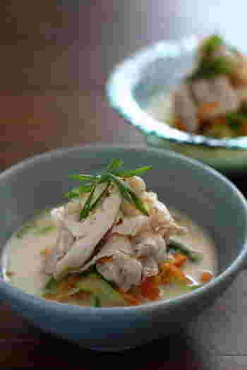 麺の代わりに野菜を使った豆乳仕立てのべジヌードルは、お肉をのせてボリュームもあるので満足感も◎