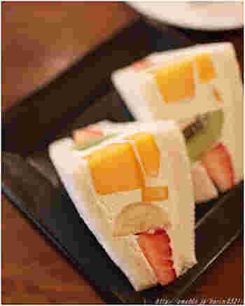 柔らかく薄い食パンに、お見事!としか言いようのない美しい断面のフルーツサンド。