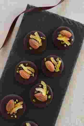 ビターチョコの控えめな甘みのあとに、山椒のピリッとした辛みがやってくる大人のマンディアン。柚子の香りも爽やか。お茶のおともだけでなく、お酒にもよく合います。