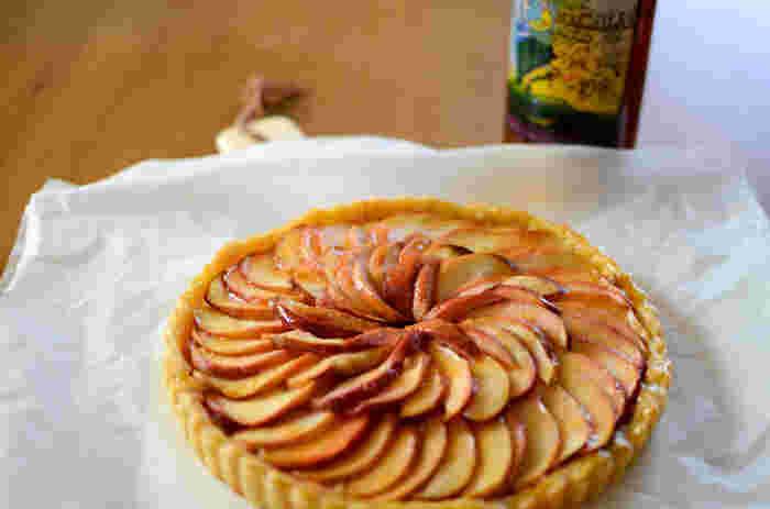 ある日、料理の達人である姉のステファニー・タタンがりんごのタルトをつくっている時にうっかりタルト生地を入れるのを忘れて焼いてしまい、やむを得ず途中でタルト生地を上からのせて焼いてみたのだそう。