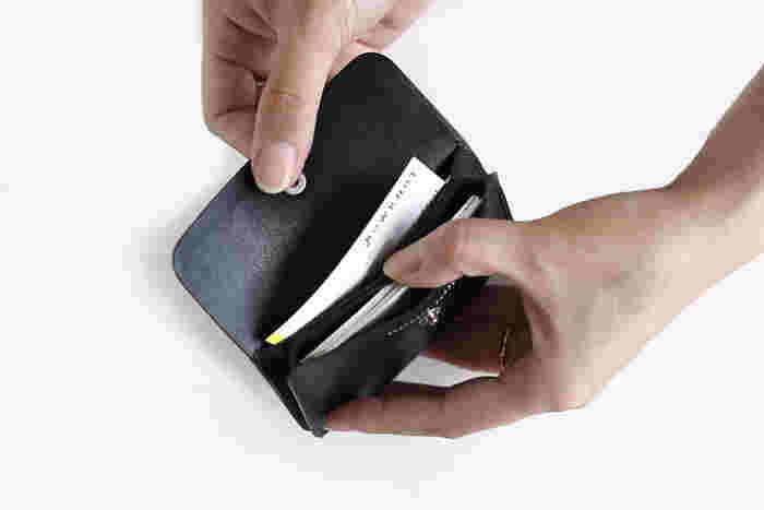 内側には3つに仕切りで分けられています。意外と枚数が入るカードケースです。フラップの外側、背面にも薄いカードを入れるポケットがあります。
