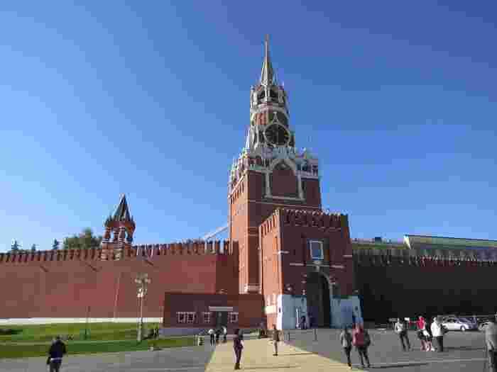 こちらはロシアの中枢クレムリン、赤の広場にそびえ立つ「スパスカヤ塔」。高さ74メートルの壮麗な塔で全体は赤色ですが屋根はモザイクのように緑を中心としたトーンで彩られ、ロシアの美を感じます。