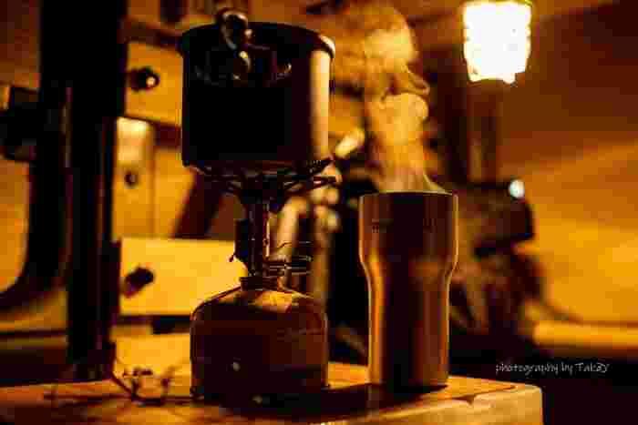 キャンプに出かけたら、コーヒーにこだわりたくなるもの。じっくりと美味しいコーヒーを淹れるためには、道具にもこだわりたいですよね。