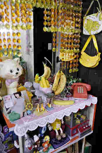 店内はポップでレトロな雑貨がいっぱい。雑貨の中に本物のバナナがさりげなく置かれているのが楽しいですね。