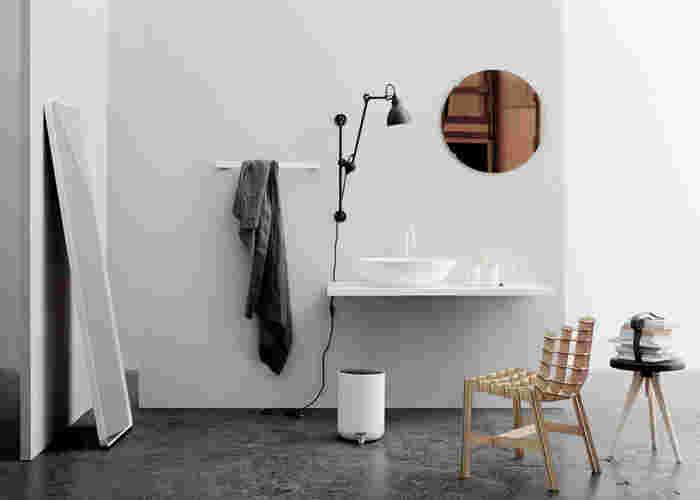 """「MENU(メニュー)」は1979年に設立されたデンマークのデザイン会社。テーブルウェア、ギフトウェアを開発し世界中で販売しています。また、デンマーク王室御用達ブランドでもあります。ブランドコンセプトは""""実用的で洗練されたデザインの製品を提案すること""""。クリスタルやゴムなど異素材を組み合わせた小物は、日本のライフスタイルにもマッチします。"""