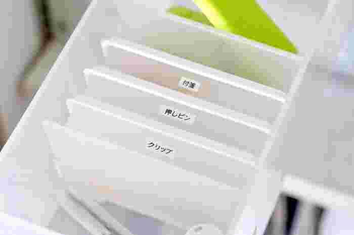 普段あまり使わない細々したものは、種類ごとにケースにしまうとスッキリ。 無印の「ポリプロピレンカードボックス」は、薄型で場所を取らないので、クリップや押しピンの収納にぴったり。 ラベルを貼っておくと家族にもわかりやすいですね。