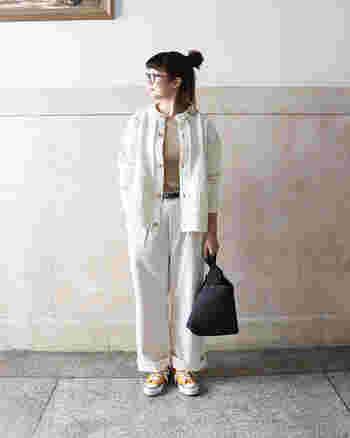 白のトラウザーパンツは、ゆったりカジュアルに着こなしたい一枚。ベージュのトップスと白のカーディガンを合わせて、ワントーン風の着こなしに仕上げました。足元にはイエローのスニーカーを合わせて、淡いカラーの着こなしにワンアクセントをプラスしています。