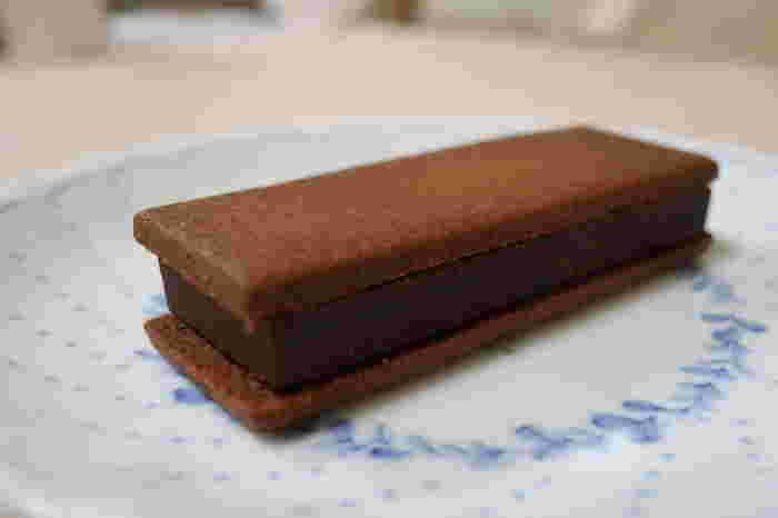 サクッとしたクッキーとチョコレートのサンド「マジドカカオ」。こちらの「コーヒーブレンド」は、ほろ苦いコーヒーの香りが大人向け。ほかにも「ミルクピスタージュ」や「ビターオレンジ」など8種類のフレーバーがあり、お取り寄せでは個数によって種類が異なります。どれもチョコレートとのバランスが絶妙なので、全種類食べてみたくなりますね。