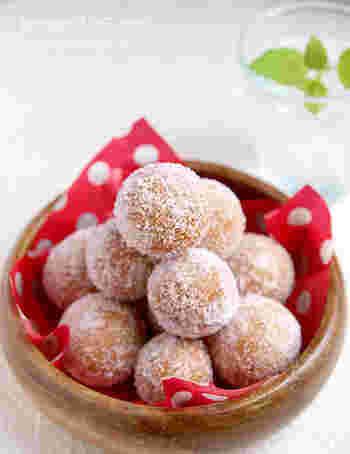 豆腐と米粉を使ったドーナツは、材料をよく混ぜ丸く成型し、油で揚げたらできあがり。豆腐を使っているので、一般的なドーナツよりもヘルシー。米粉でグルテンフリーなので健康志向の方にもおすすめです♪