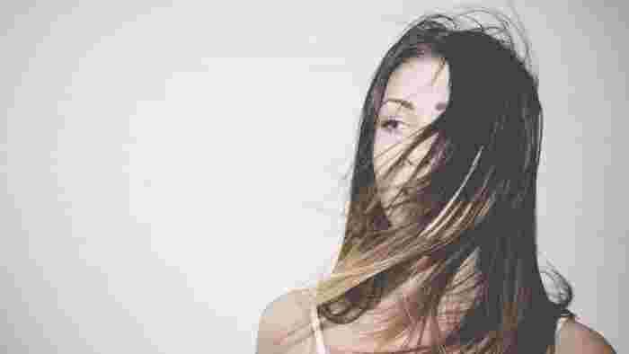 乾いた髪にも使えます。日中、静電気などで髪が広がって困ったときに、ハンドクリーム少量を薄く髪に塗り広げれば、スルッとまとまります。