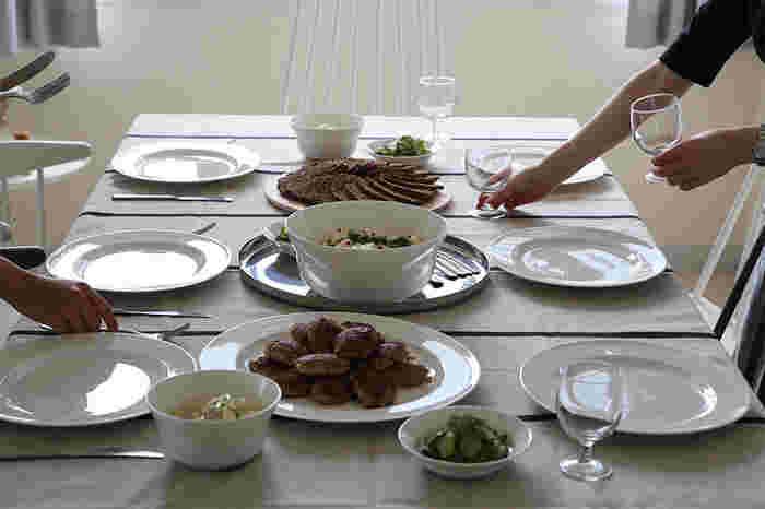 白のテーブルウェアで揃えた、大人のシンプルコーディネート。お料理がとっても映えそうですね。パリッとしたリネンを使って特別感を。