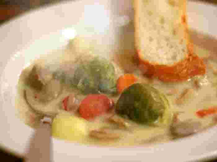 こってりとしたものが食べたい気分のときは、クリームシチューではなくクリームチーズシチューはどうでしょう。野菜の旨味がしみたブイヨンとチーズの相性は抜群。濃厚な味わいが冬にぴったりなレシピです。