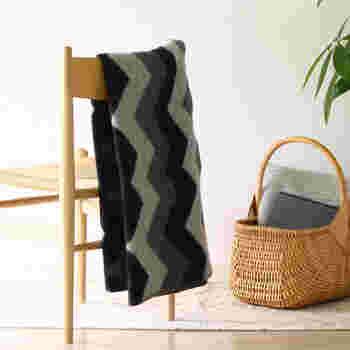 シックなデザインのブランケットは、軽く折って椅子の背もたれにかけておくだけでもおしゃれです。使わないときの収納方法としてもおすすめです。