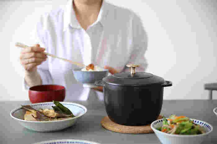 フランスのアルザス地方で誕生した「STAUB(ストウブ)」社は、世界中で愛されている鋳物ホーロー鍋で有名なメーカー。煮物、焼き物、蒸し料理、ご飯料理といった様々な調理を、ひとつの鍋でこなす機能性とシンプルでおしゃれなデザインが、一般の主婦からプロの料理人まで、幅広く親しまれています。