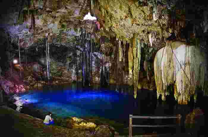 紀元前の古代中米において栄えたマヤ文明で「聖なる泉」として崇められたセノーテとは、ユカタン半島トゥルム遺跡近くにある洞窟と地下水が溜まってできた泉です。光り輝く青の水面、悠久の歳月をかけてできた鍾乳石、どこまでも透明な水……。セノーテは、まさに神の棲家であるかのような神秘的な雰囲気を漂わせています。