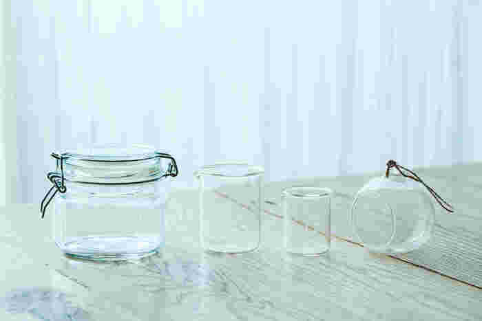 基本的には、保存瓶やビーカー、ティーポットなど、お好みのガラス容器でOKです。100均にも使えるアイテムがたくさんあります。同じ植物を使って植えても、ガラス容器の形状で雰囲気が違ってくるので、色々とタイプの違うものを用意するのもいいですね。 また、蓋については植える植物の種類に関係していて、苔を使ったテラリウムは蓋があるものを、その他の植物は蓋をせずに使用するのが一般的なのだそう。