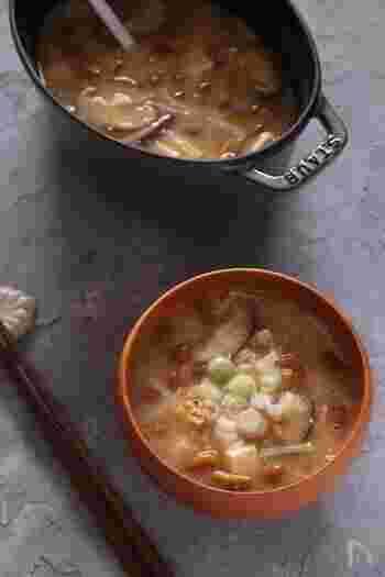 すり鉢で納豆をすりつぶして作る納豆汁を、ひきわり納豆で簡単に。厚手の鋳物鍋を使用すると温度の上昇がゆるやかなため、きのこの美味しさもじっくり引き出せておいしく仕上がります。具だくさんで身体もあったまる納豆汁ですが、さらに山菜やたけのこや好みの野菜を加えてボリューム満点のおかず汁にしてもおいしくいただけます。