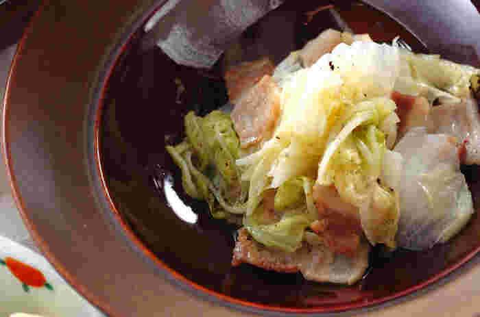豚肉と白菜を、塩とコショウだけで味付ける、素材の旨みをぎゅっと引き出した煮物のレシピ。お好みでしょうゆやポン酢を掛けても美味しくいただけます♪