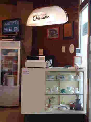 レジ上の照明もレトロで可愛い♪料理やドリンクだけでなく、内装にも細かいこだわりが見えるお店です。