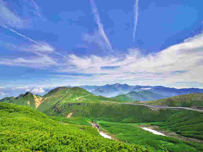 岐阜県は、岐阜、西濃、中濃、東濃、飛騨地域の5つのエリアに分けられています。とは言っても、岐阜県はとても広いので、まずは訪れたい地域を決めておいて、そこを中心に観光ルートを検討してみてはいかがでしょうか! また、旅するにあたり、岐阜県内の移動にはレンタカーなど車があると便利です。新幹線、在来線、各駅にはレンタカーを借りられるお店があるので、是非、利用してみてはいかがでしょうか!  車の利用が難しい場合でも、バスの路線が充実している岐阜市内や、駅からでも徒歩で行ける距離にある人気の観光スポット、大垣市、高山市、飛騨市などには車が無くてもスムーズにアクセスすることが出来ます。是非、旅に行くと決めたら、まずは行きたいスポットを決めて、交通手段を検討してみましょう!  それでは、5つのエリアごとに、おすすめの観光スポットをご紹介して行きたいと思います。是非、「岐阜旅」の参考にしてみて下さいね!