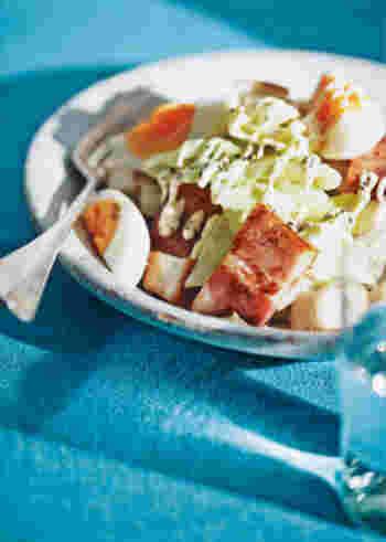 ビタミンは、水に溶ける「水溶性」と油に溶ける「脂溶性」の2種類に分けられます。 2つのビタミンを効率よく摂取するためには下処理や調理法に注意が必要です。  蒸し煮のメリットを活かせるのは、特に水溶性ビタミン(ビタミンB群・ビタミンC)を含む野菜を加熱する場合。 野菜を下茹でをすることで、水の中に溶け出しやすい水溶性ビタミンの損失が少なくすみます。