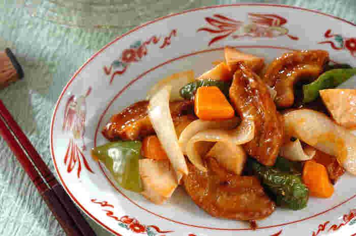 お肉の代わりとして様々な料理に使える車麩は、中華や韓国料理とも相性抜群!ヘルシーで美味しい酢豚は、ご飯が何杯でもすすむ絶品メニュー。彩りもとっても綺麗で、見ているだけで食欲が湧いてきますね。