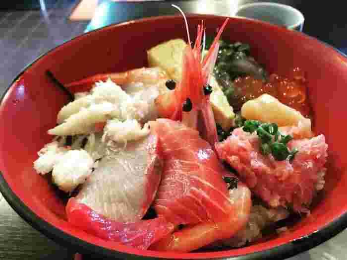 江ノ島の参道近くにある「藤浪」は、海鮮丼で有名なお店。漁師さんから浜で買い付けるという鮮度抜群のお刺身は、どれも絶品です。メニューも豊富でどれにしようか迷ってしまほど。活きの良さは江ノ島でもトップクラスと評され、間違いないおいしさです。