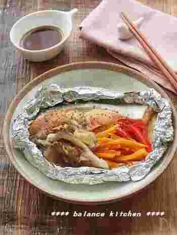 美肌効果の高い食材をたっぷり使用した鮭のアルミホイル焼き。使用するのはオーブントースターのみ!同時に料理を作る時にも便利な一品です。