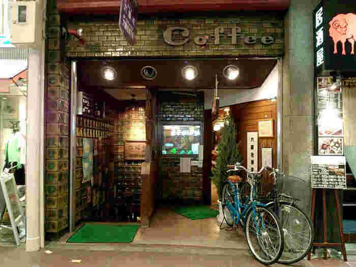 河原町三条交差点の近くにある【六曜社 珈琲店(ろくようしゃ)】は、京都を代表する純喫茶の一つ。右側に入り口がある【六曜社 珈琲店】と、左側の階段を下りる【六曜社 地下店】があり、モーニングは【六曜社 珈琲店】の方で営業しています。