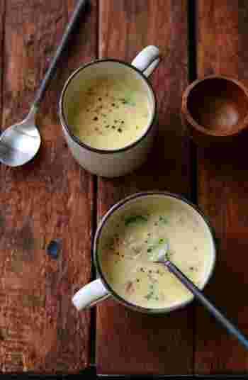 コーンクリーム缶で手軽に作れるクリームスープは、玉ねぎ・ブロッコリー・ベーコンなどが入っていて贅沢な味わい。カフェでモーニングを頂くような気分になれますよ♪
