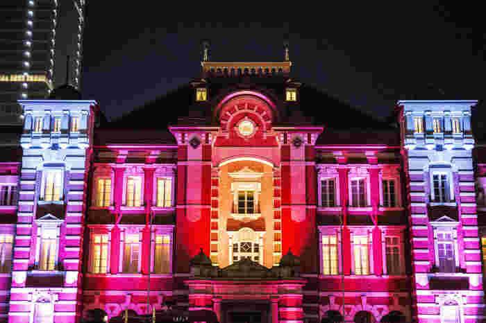 国の重要文化財に指定されている赤レンガ造りの丸の内駅舎も、東京ミチテラスが開催される時期の夜だけは、七色に光り輝き、普段とは異なる風情を漂わせています。