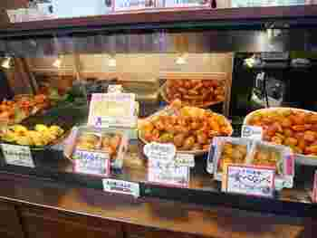 浅草エリアに多くの店舗がある「おいもやさん」は、明治9年創業のさつまいも問屋が始まりの老舗。「浅草おいもやさん興伸」が誕生したのは昭和59年で、現在までさつまいものおいしさにこだわっている専門店です。  こちらの「伝法院通り店」は、浅草寺の裏手にある賑やかな通りにあり、観光の途中で立ち寄るのにぴったりですよ。