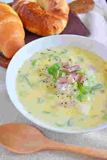 パンにぴったり、豆乳ベースに生姜を入れた洋風のスープ。ベーコンと黒コショウが食欲をそそりますね。生姜だけでなくネギもたっぷり入っているので、食感も愉しめて体も温まります。